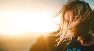 ¿Por qué con el sol el cabello se aclara y la piel se oscurece?