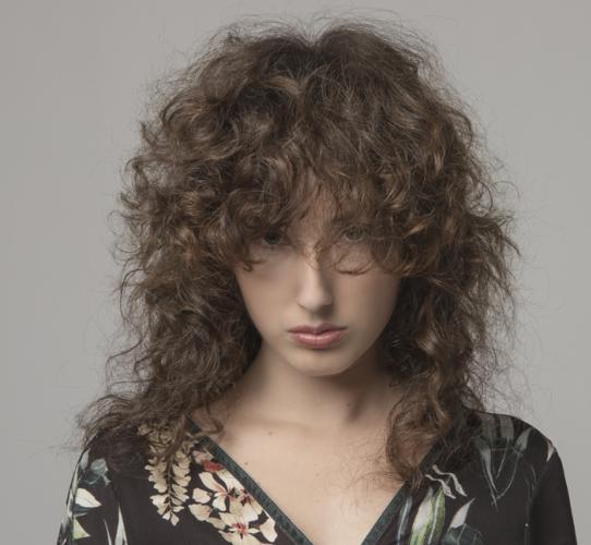 Corte en cabello rizado inspiración Momu