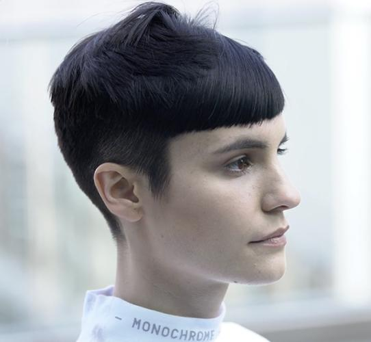 Androgynous haircut with a straight perimeter
