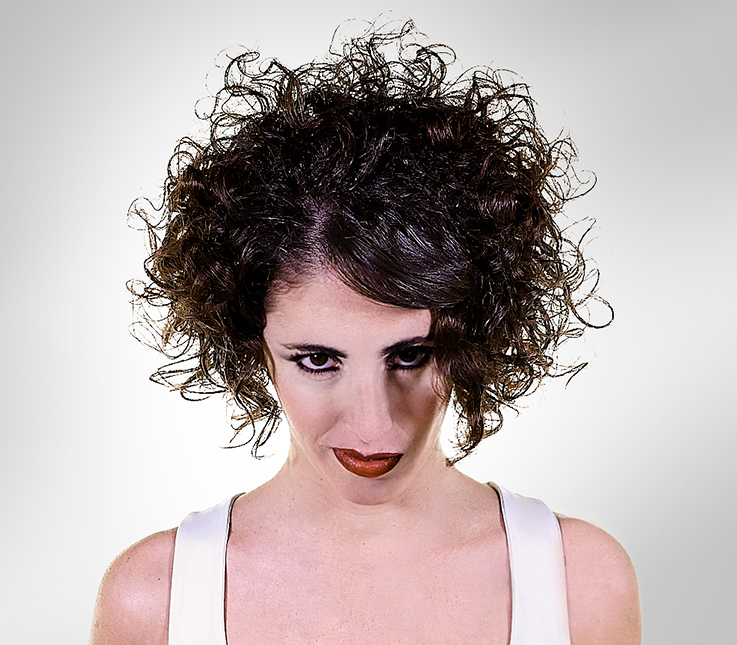 Bob en cabello rizado con técnica horizontal