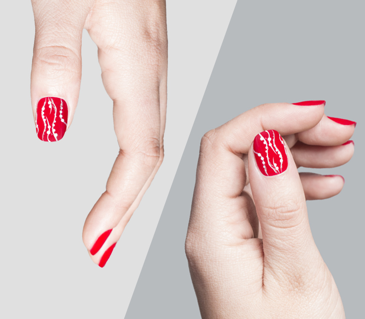 Diseño de uñas con línea fina y técnica de punzón